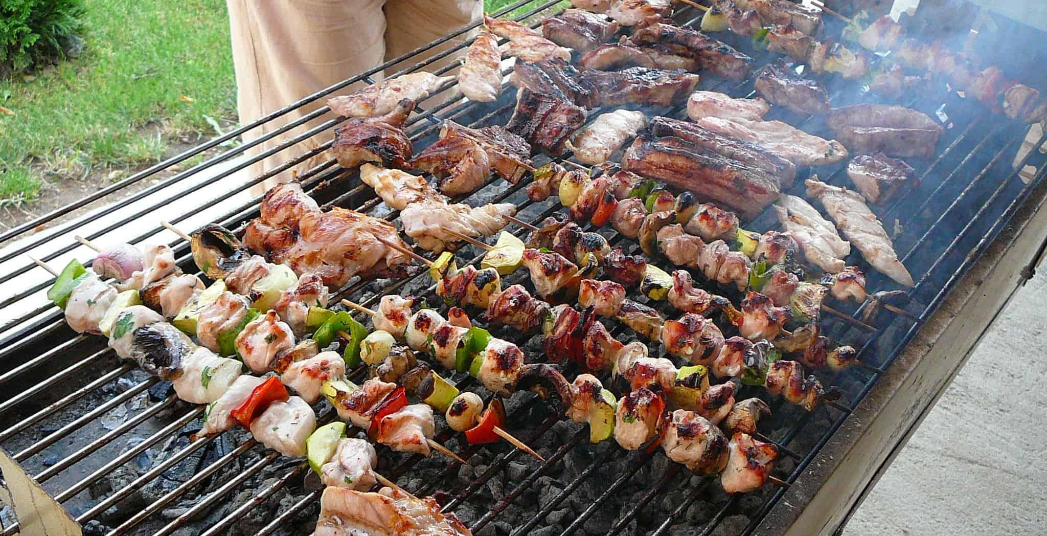grand barbecue exterieur en plein été