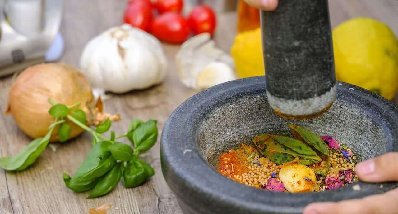 preparation mélange ingrédients pour viande grillade