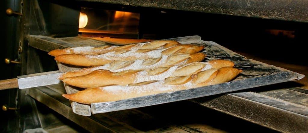 baguette qui sortent du four à pain