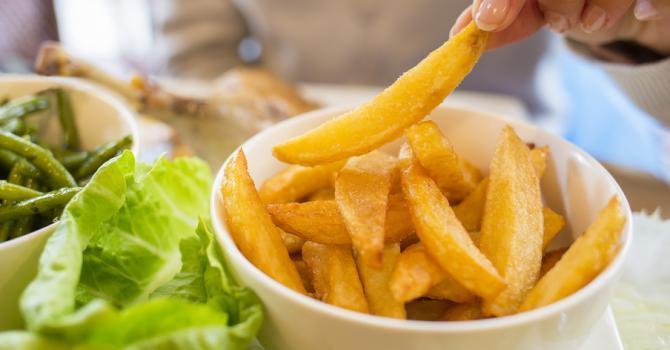 degustation morceau de pommes de terre