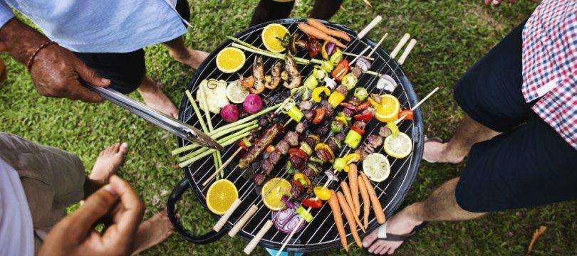 barbecue dans le jardin entre voisin