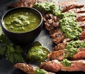 sauce verte et viande après grillade