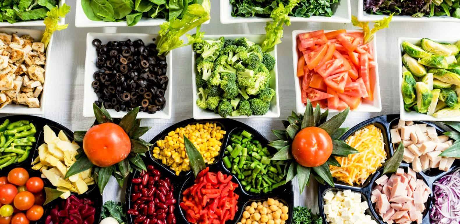 divers ingrédients pour préparer une salade