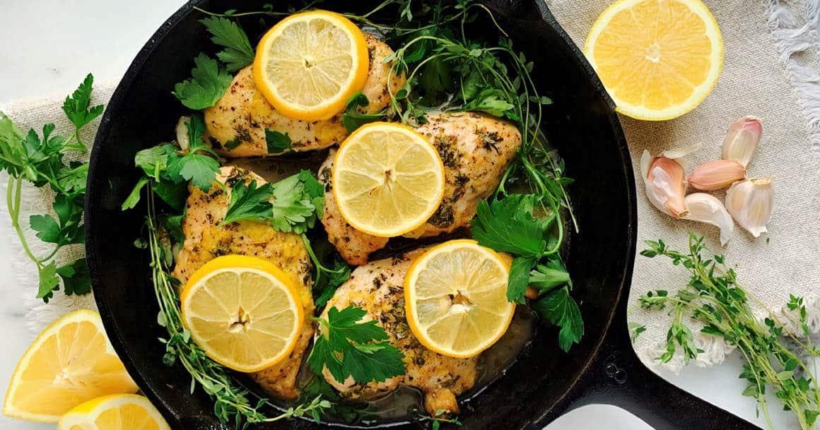 filets de poulet au citron dans une poêle
