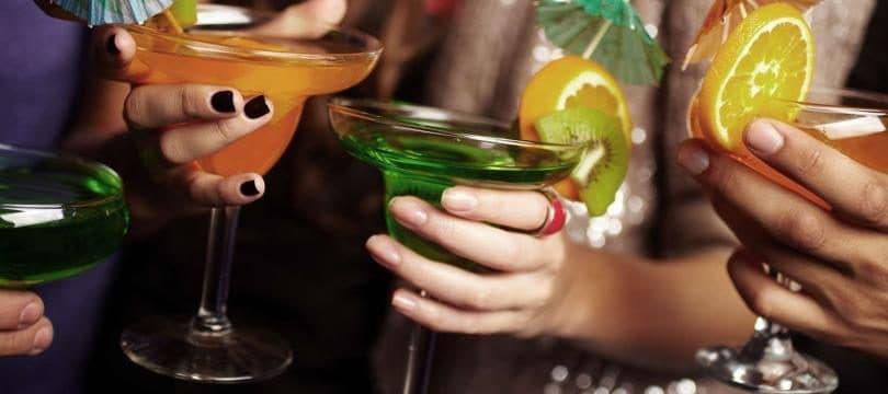 illustration verre de différentes boissons entre potes