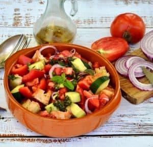 salade dans un bol avec tomate et oignons
